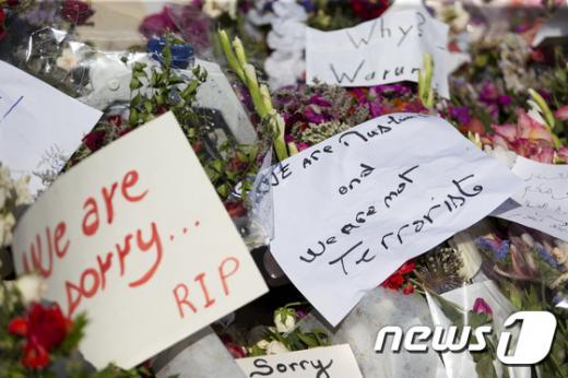 총기난사 사건이 발생한 튀니지 해안휴양지 수스 현장에 희생자를 추모하는 꽃과 메시지가 놓여 있다. /사진=뉴스1(AFP제공)