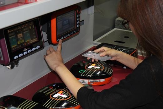 스마트폰으로 모바일지불결제 서비스를 시험하는 모습//제공=한국스마트카드