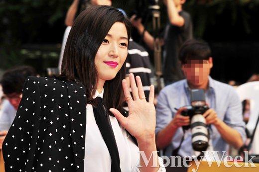 [MW사진] 여신 전지현, '여유로운 손인사'