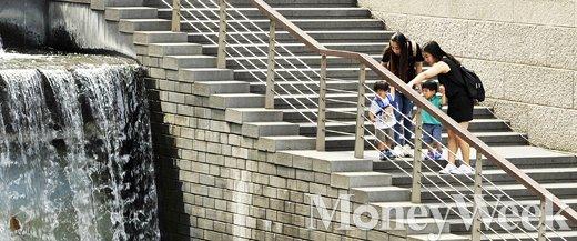 '주말 날씨' 무더운 여름 날씨를 보인 10일 오후 더위를 피해 서울 청계광장에 몰려든 시민들이 휴식을 취하고 있다. /사진=임한별 기자