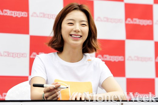 [MW사진] 배용준 그녀 박수진, '러블리한 반달 눈웃음'
