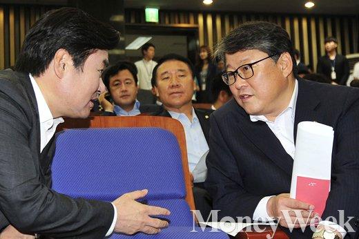 [MW사진] 원유철-조원진, '대화 나누는 원내지도부'