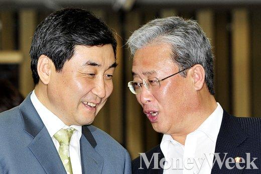 [MW사진] 새정치 의총, '귀엣말 나누는 이종걸'