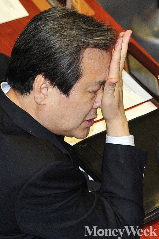 [MW사진] 김무성 대표 '아차차'