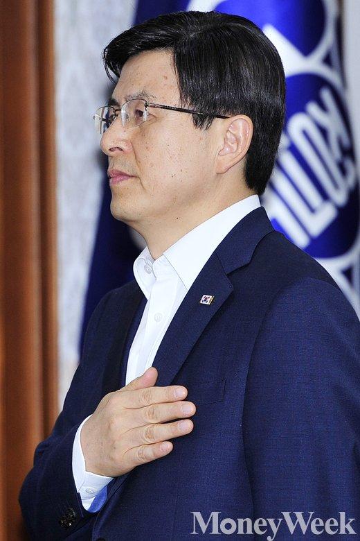 [MW사진] 황교안 총리, 국민의례로 문을 연 국무회의
