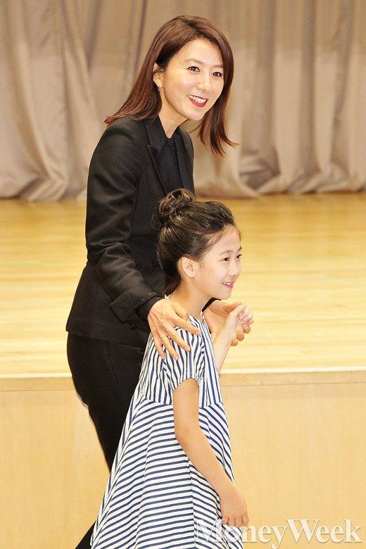 [MW사진] '미세스캅' 김희애·박민하, 친 모녀가 따로 없네