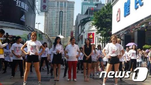 '박원순 중국' 박원순 시장과 걸그룹 미쓰에이 페이, 지아가 중국 광저우 베이징루 거리에서 플래시몹 행사를 벌이고 있다. /사진=뉴스1