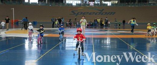 지난 5월 어린이날을 기념해 광명스피돔 인필드에서 열린 '어린이 자전거왕' 선발대회에 참가한 어린이들 /사진제공=국민체육진흥공단