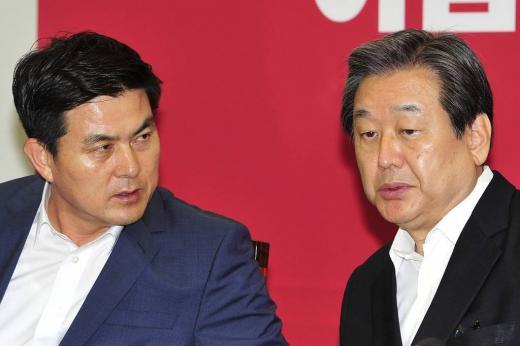 김태호 새누리당 최고위원(왼쪽)과 김무성 새누리당 대표 /사진=임한별 기자