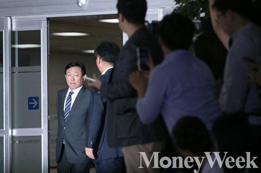[MW사진] 신동빈 입국, 수많은 취재진에 '깜짝'