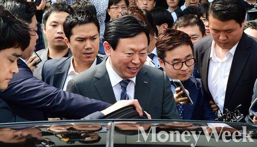 [MW사진] 취재 열기 속 미소 짓는 신동빈 롯데그룹 회장