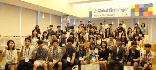 라이나 주니어 글로벌 챌린저 참가자 40여 명이 싱가폴 출국 전 시그나타워 견학과 안전 오리엔테이션을 마치고 기념촬영을 하고 있다./사진=라이나생명