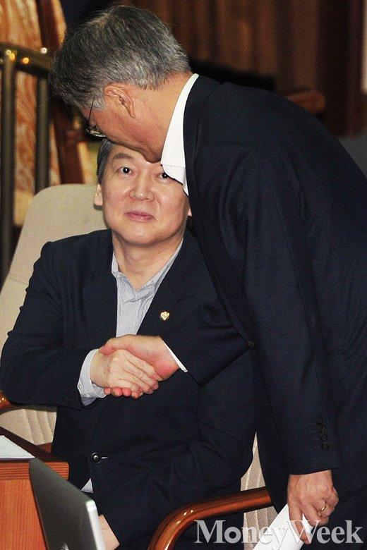 [MW사진] 임시국회에서 만난 문재인과 안철수