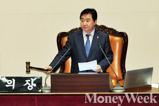 ▲뉴스테이 3법 가결시키는 이석현 국회 부의장