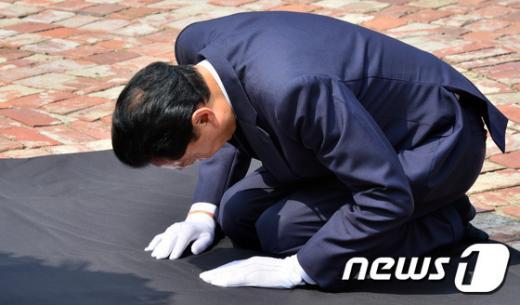 하토야마 유키오 전 일본 총리가 12일 서울 서대문구 서대문형무소역사관을 방문해 추모비 앞에서 무릎 꿇고 절을 하고 있다. /사진=뉴스1