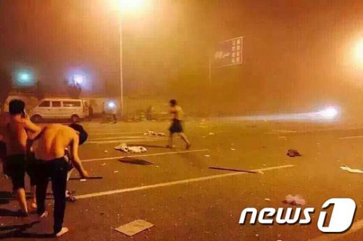'중국 폭발' '중국 톈진항 폭발' '중국 톈진 폭발사고' 지난 12일 중국 북부 항구도시인 톈진의 한 창고에서 폭발이 일어난 직후 부상을 입은 사람들이 거리로 뛰쳐나와 있다. /사진=뉴스1(AFP 제공)