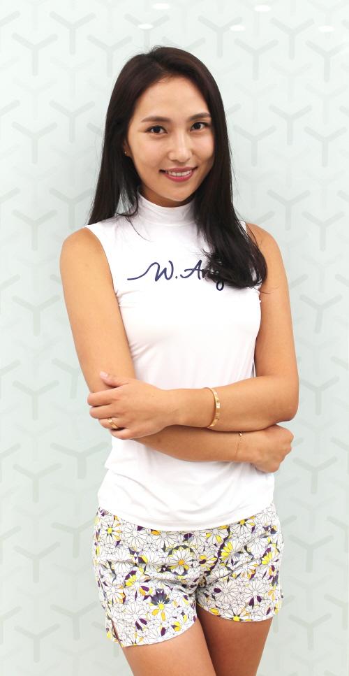 ▲기하학 패턴 핫팬츠와 냉감 티셔츠를 입은 장정희 프로