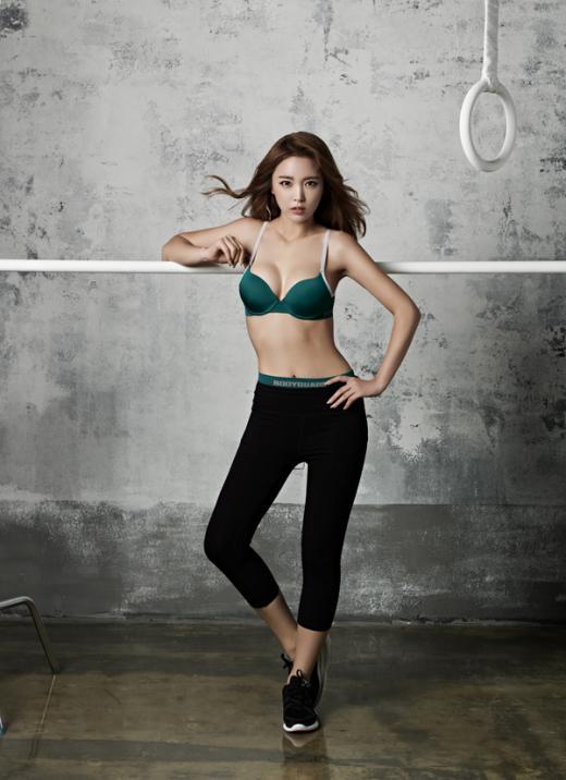 홍진영, 언더웨어 화보 공개…스포티즘에 어울리는 탄탄한 몸매 뽐내