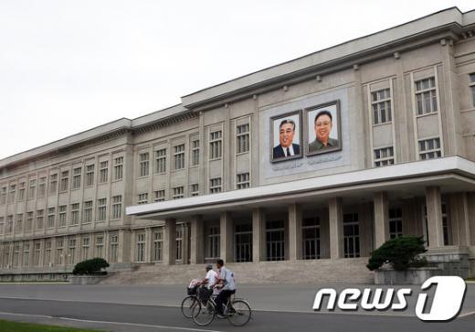 평양시내 한 건물에 김일성 김정일 초상화가 걸려 있다. /사진=뉴스1(홍성규 사진작가 제공)
