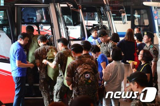 북한의 서부전선 도발로 '진돗개 하나'가 발령 중인 21일 오후 서울 광진구 동서울종합터미널에서 군 장병들이 휴가복귀를 위해 고속버스에 오르고 있다. /사진=뉴스1
