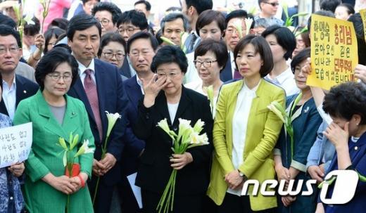 불법 정치자금을 받은 혐의로 실형 2년이 확정된 한명숙 전 국무총리가 24일 오후 경기도 의왕시 서울구치소 앞에서 의원들과 지지자들의 배웅을 받고 있다. /사진=뉴스1