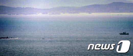 북한의 서부전선 포격 도발로 남북간 긴장이 고조되고 있는 가운데 지난 23일 북한 황해남도 앞 바다에서 북측 선박이 항해하고 있다. /사진=뉴스1
