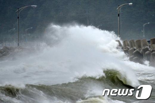 제15호 태풍 고니가 북상 중인 25일 오전 경북 포항시 북구 여남동 해안가 멸치 건조장에 높은 파도가 밀어 닥치고 있다. /사진=뉴스1