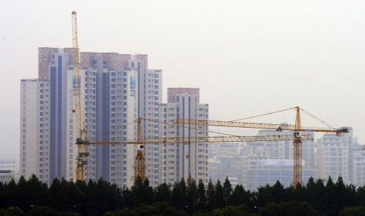 서울 서초구 반포동 아파트 주변에서 건설공사가 진행되고 있다. 사진제공=뉴시스