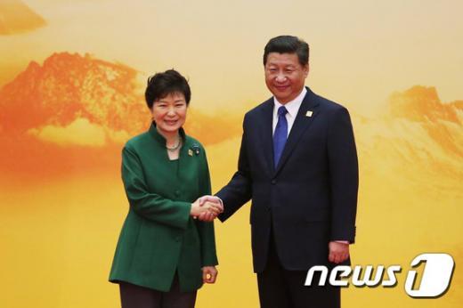 '중국열병식 박근혜' 지난해 시진핑 국가주석과 만난 박근혜 대통령. /사진=뉴스1(청와대 제공)