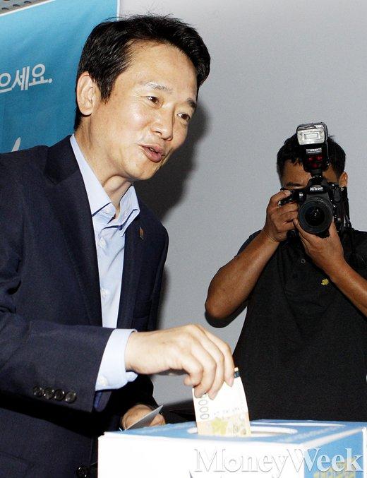 [MW사진] 주빌리은행 출범, 기부금 내는 남경필 경기도지사