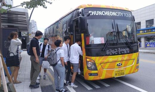 '춘천 버스 파업 타결' 2일 버스 파업으로 시민들이 전세버스를 타고 있다. /사진=뉴스1