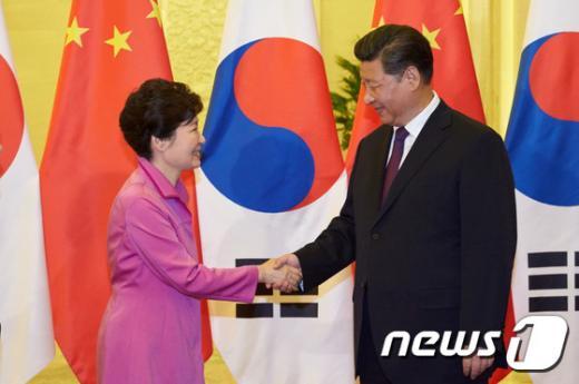 '전승절 열병식' 박근혜 대통령과 시진핑 중국 국가주석이 2일 중국 베이징 인민대회당에서 한·중 정상회담에 앞서 악수하고 있다. /사진=뉴스1(청와대 제공)