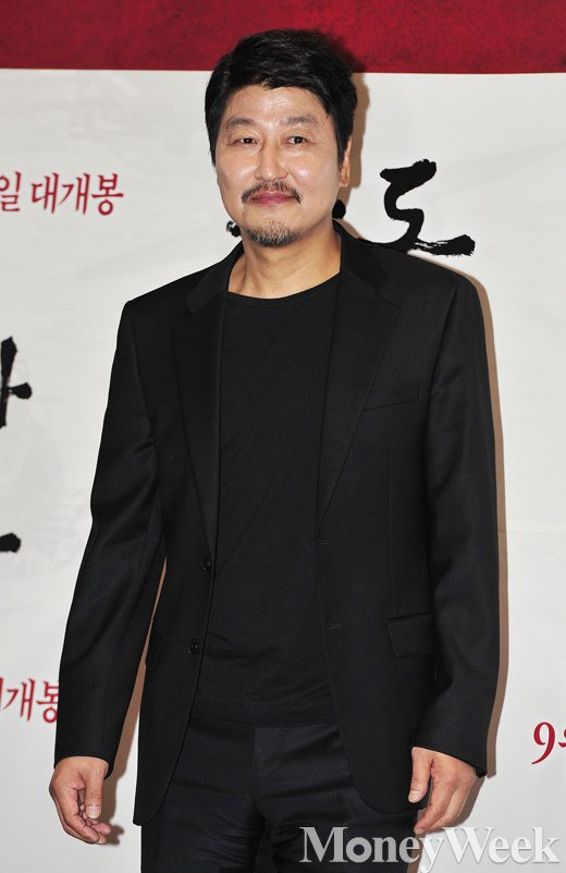 [MW사진] 국민배우 송강호, '입가에 흐르는 미소'