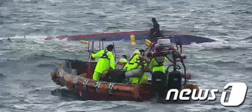 '추자도 낚시배사고' '돌고래호' 지난 6일 해경이 사고선박을 수색하고 있다. /사진=뉴스1