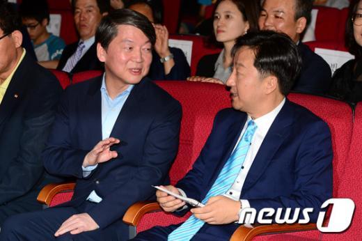'안철수 박왕규' 안철수 새정치민주연합 의원이 13일 오후 박왕규 관악 이사장과 대화를 나누고 있다./사진=뉴스1