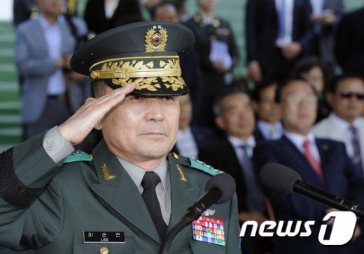 이순진 육군 대장(3사 14기)이 부대 사열을 받고 있다. /자료사진=뉴스1