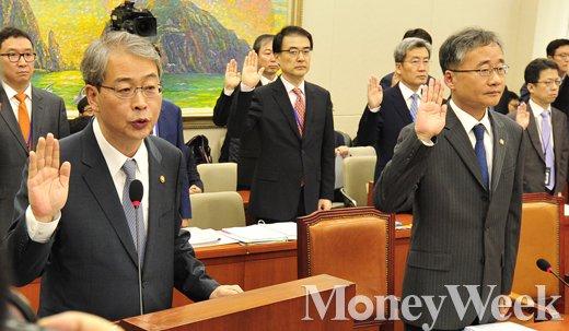 [MW사진] 국감 3일째, 증인 선서하는 임종룡 금융위원장