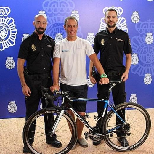 스페인 말라가 경찰이 13일 오리카 관계자(가운데)에게 분실 사이클을 되돌려줬다. /사진=말라가 경찰 트위터