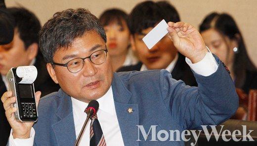 [MW사진] 마그네틱 카드 복제 시연하는 이상직 의원