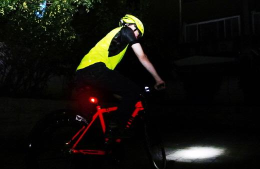 야간에는 안전모, 전조등, 후미등과 같은 안전장구를 갖춰야 하고, 특히 형광색 계열의 시인성 좋은 의류를 착용하는 것이 좋다. /사진제공=삼천리자전거