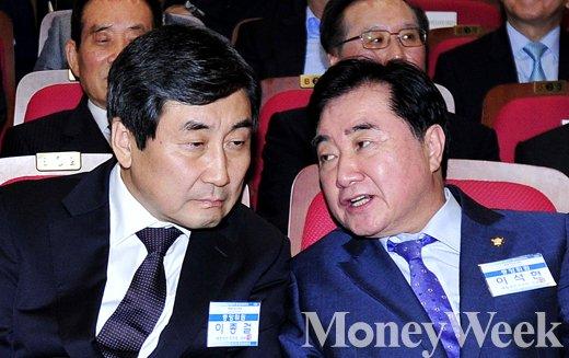 [MW사진] 새정치민주연합 중앙위원회, 귀엣말 나누는 이종걸-이석현