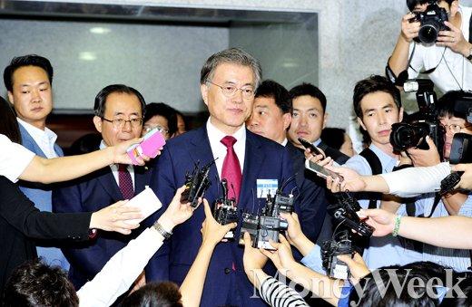 [MW사진] 새정치민주연합 혁신안 만장일치 가결, 문재인 대표에게 쏠린 눈과 귀'