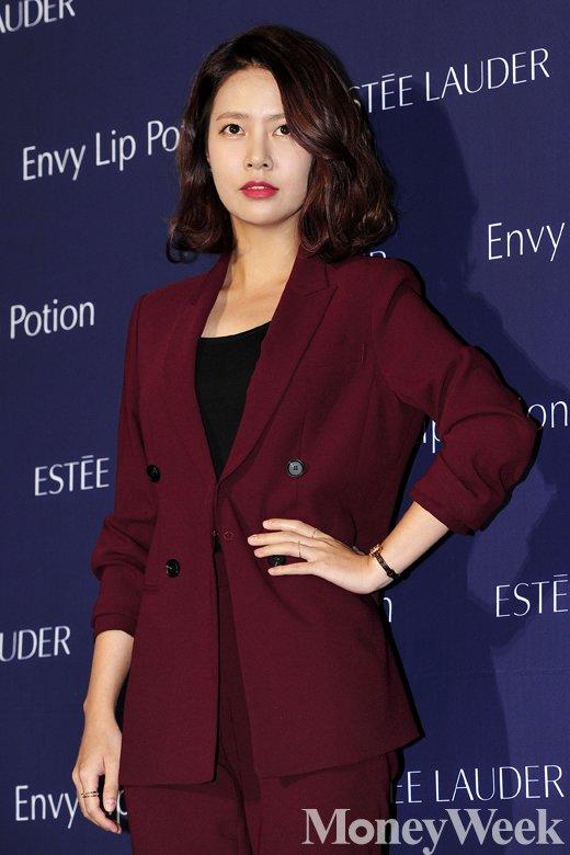 [MW사진] 최윤영, '오늘 패션은 다크 레드색상'