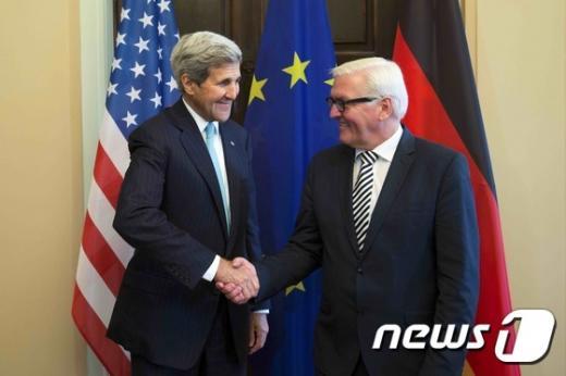 존 케리 미 국무장관(왼쪽)과  프랑크 발터 슈타인마이어 독일 외무장관이 20일(현지시간) 독일 베를린에서 회담을 가졌다. /자료사진=뉴스1(AFP 제공)