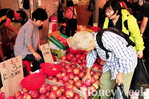 [MW사진] 맛좋은 홍로, 시장에서는 3개 5000원