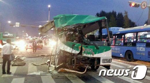 '강서구 버스사고' 23일 오후 6시40분쯤 서울 강서구 공항동 공항중학교 삼거리에서 광역버스 2대가 충돌해 승객 2명이 숨지는 사고가 발생해 119구조대와 경찰이 구조작업을 하고 있다. /사진=뉴스1(독자제공)