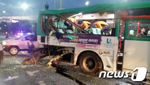 '송정역 버스사고' '강서구 버스사고' 23일 오후 6시40분쯤 서울 강서구 공항동 공항중학교 삼거리에서 광역버스 2대가 충돌해 승객 2명이 숨지는 사고가 발생해 119구조대와 경찰이 구조작업을 하고 있다. /사진=뉴스1(독자제공)