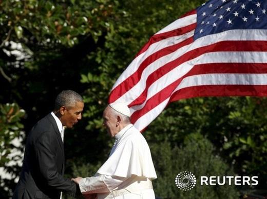 '오바마 교황' 버락 오바마 미국 대통령(왼쪽)과 프란치스코 교황이 23일(현지시간) 백악관에서 만나 인사를 나누고 있다. /사진=뉴스1(로이터 제공)