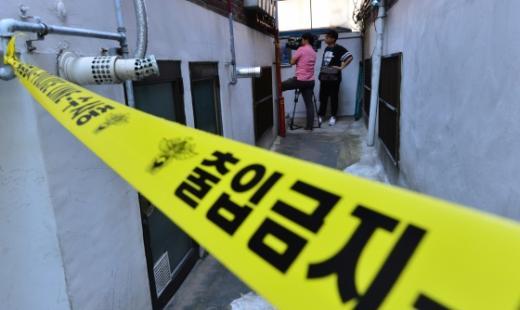 24일 살인사건이 일어난 서울 노원구의 한 가정집에 폴리스라인이 설치돼 출입이 통제되고 있다/사진=뉴스1 손형주 기자
