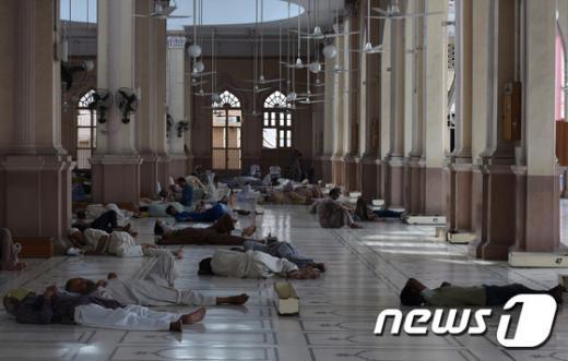 '슈퍼 엘니뇨' 사진은 지난 여름 폭염을 피해 사원에서 쉬고 있는 파키스탄 국민들. /사진=뉴스1(AFP제공)
